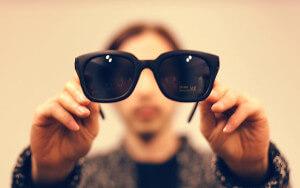 Максимально защищать глаза от воздействия солнечных лучей